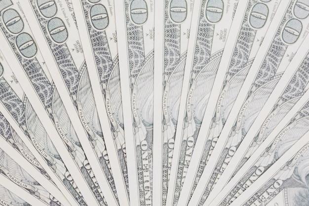 Notas de cem dólares espalhadas em forma de leque Foto gratuita
