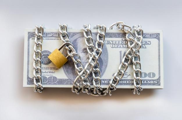 Notas de dólar com corrente e cadeado, dinheiro de segurança e conceito de investimento. Foto Premium