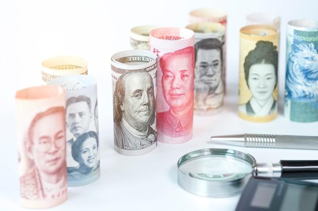 Notas de dólar e yuan entre as notas internacionais. é o símbolo da crise da guerra comercial entre estados unidos da américa e china, que é o maior país econômico do mundo. Foto Premium