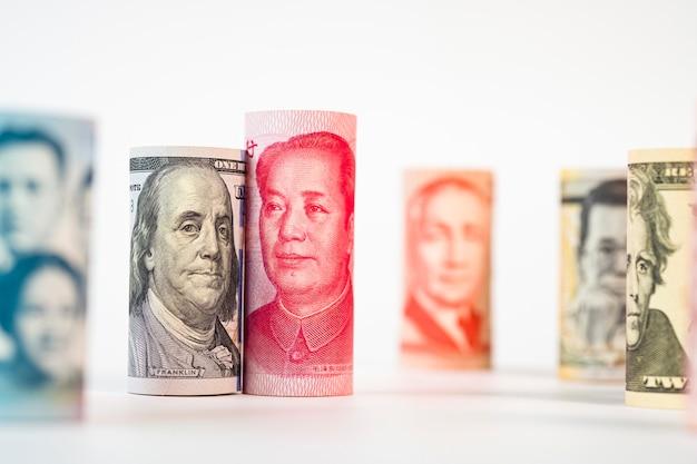 Notas de dólar e yuan entre as notas internacionais Foto Premium