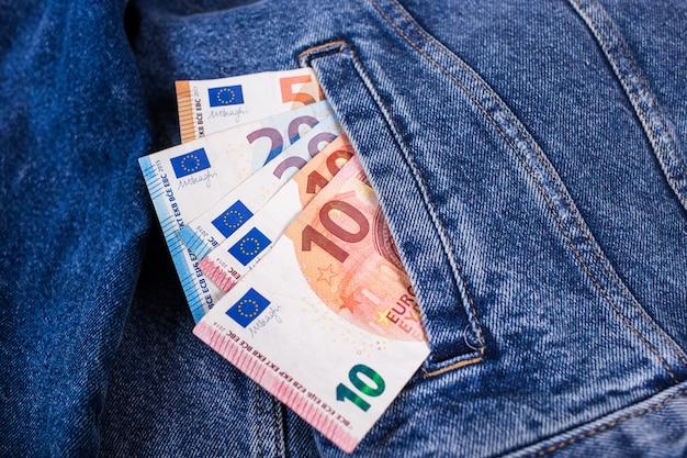Notas de euro em jeans Foto Premium