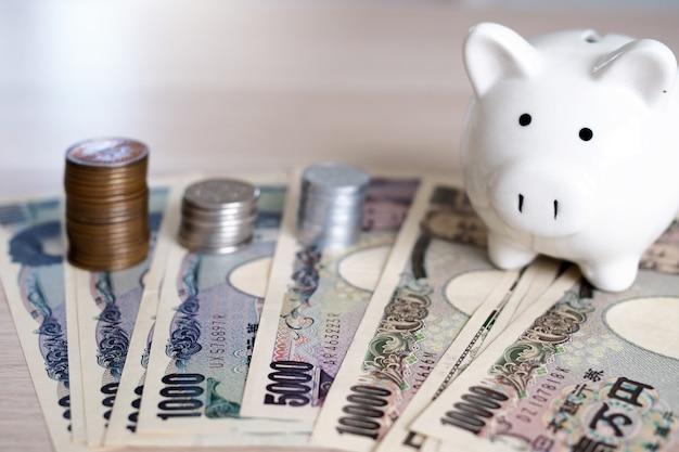 Notas de ienes japoneses e moedas de iene japonês para o conceito de dinheiro Foto Premium