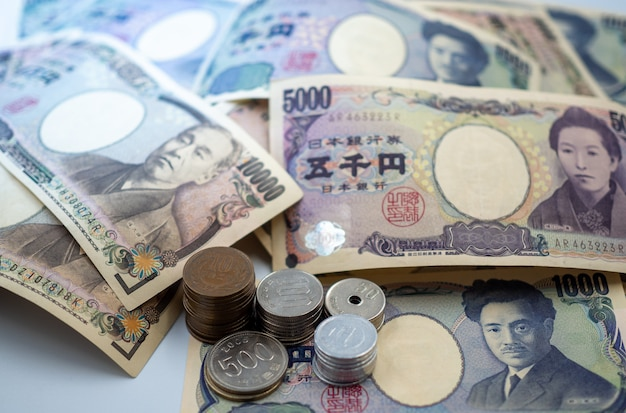 Notas de ienes japoneses e moedas de ienes japoneses para fundo de conceito de dinheiro Foto Premium