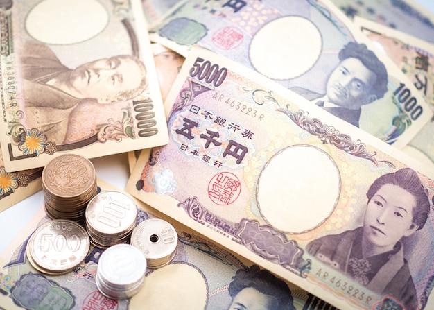 Notas de ienes japoneses e moedas de ienes japoneses para o conceito de dinheiro Foto Premium