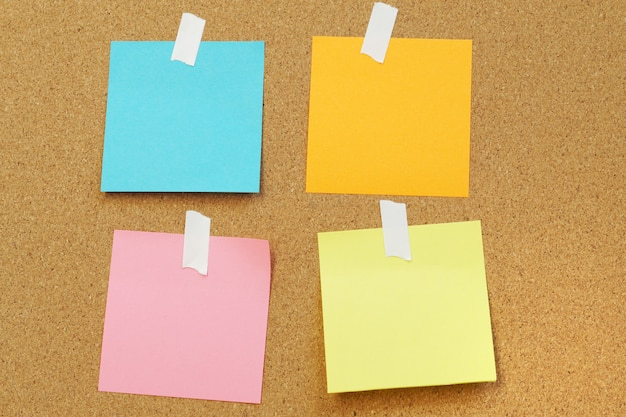 Notas de papel em branco ficar na placa de cortiça placa de cortiça com em branco post Foto Premium