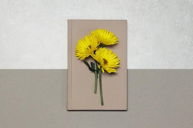 Notas-de-rosa com flores amarelas em bege cinza Foto Premium