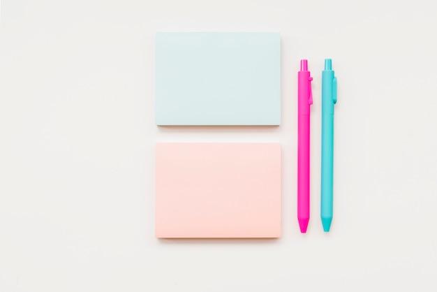 Notas e canetas Foto Premium