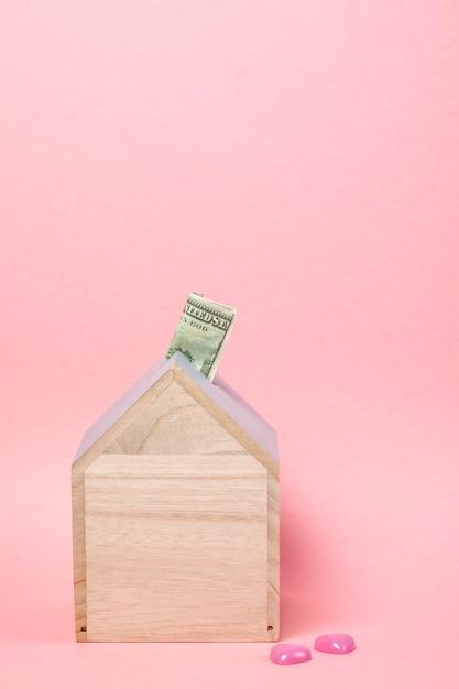 Notas em dinheiro caixa de madeira Foto Premium