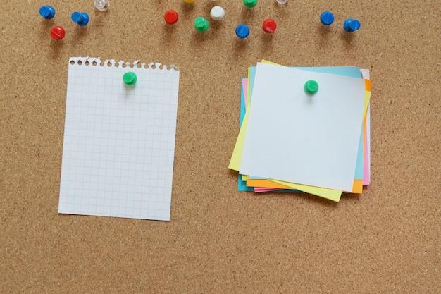 Notas fedorentas em branco pino na placa de cortiça. placa de cortiça com notas em branco. Foto Premium