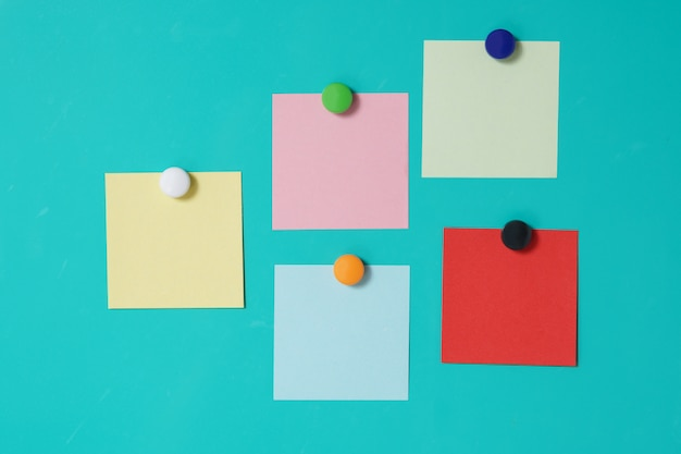 Notas pegajosas ímã colorido no fundo da porta da geladeira Foto Premium