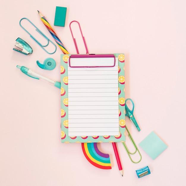 Notebook com material escolar Foto gratuita