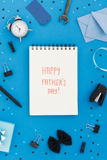 Notebook com mensagem para o dia dos pais Foto gratuita
