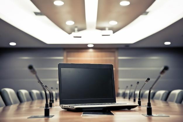 Notebook com microfone profissional na sala de reuniões Foto Premium
