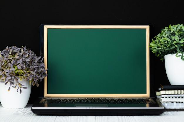 Notebook laptop com tela de lousa verde Foto Premium