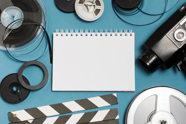 Notebook plana e equipamento de cinema Foto gratuita