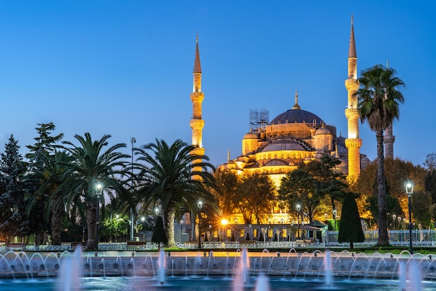 Noturna, vista, de, mesquita azul, em, cidade istambul, peru Foto Premium