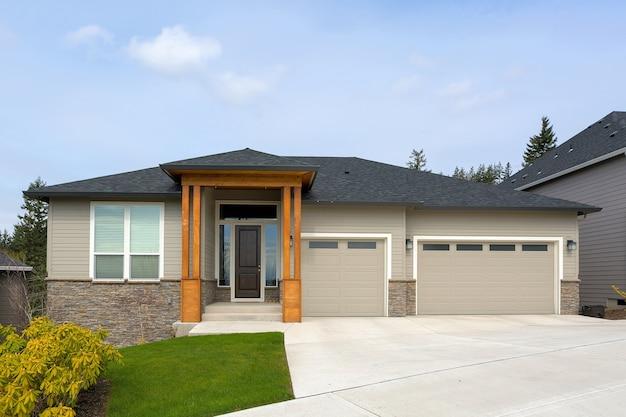Nova casa construída sob encomenda em happy valley, oregon Foto Premium