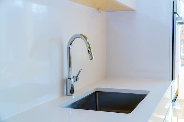 Nova cozinha branca moderna com torneira de água cromada Foto Premium
