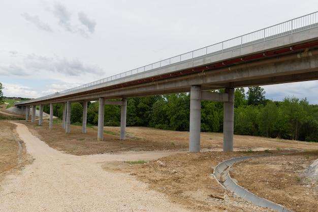 Nova estrada recém-construída no distrito de brcko, bósnia e herzegovina Foto gratuita