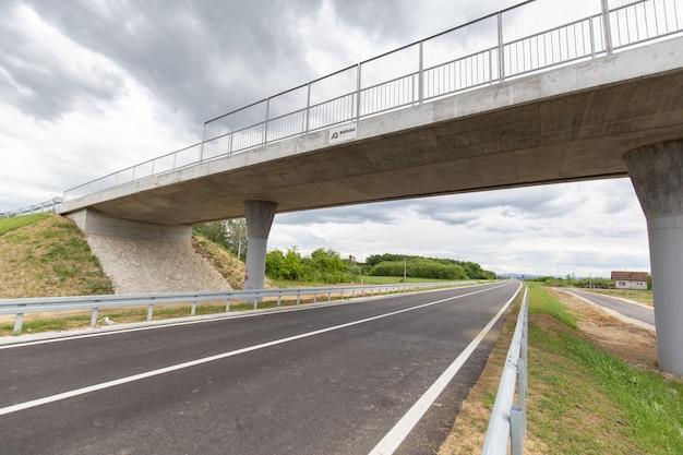 Nova rodovia construída recentemente no distrito de brcko, bósnia e herzegovina Foto gratuita