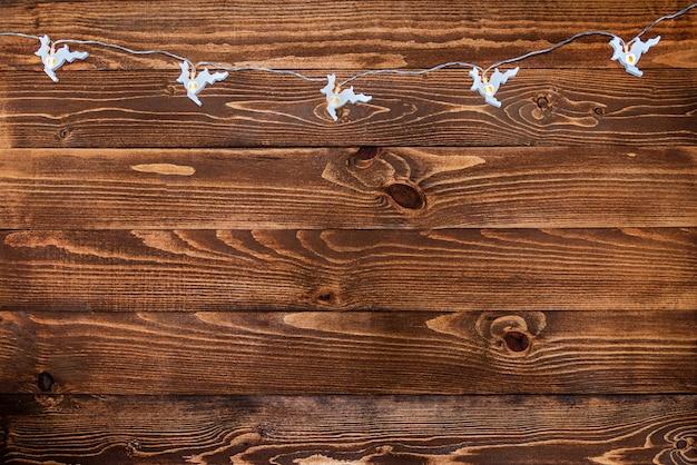Nova superfície de madeira marrom feita de madeira escura natural com guirlanda de veado de natal Foto Premium