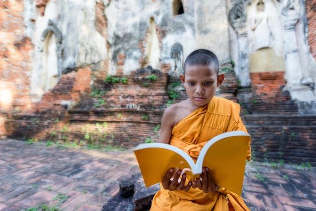 Noviço, monge, leitura, ao ar livre, sentando, exterior, mosteiro, tailandia Foto Premium