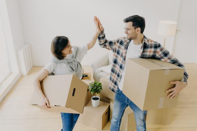 Novo lar. homem e mulher feliz comemoram a mudança para o novo apartamento Foto Premium