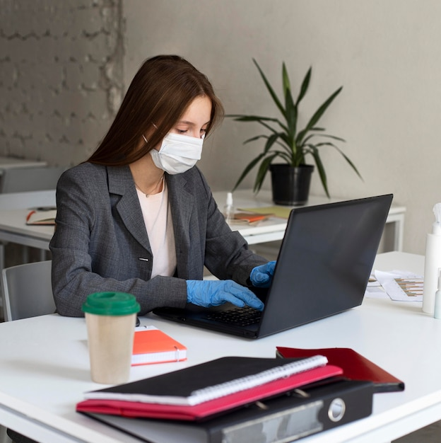 Novo normal no escritório com máscara facial Foto Premium