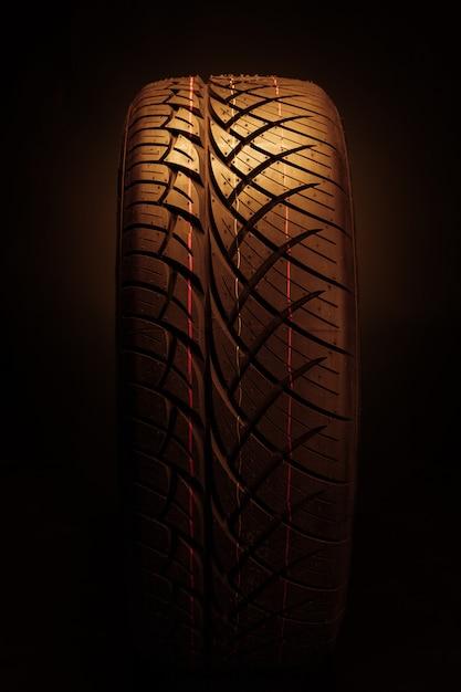 Novo pneu de carro moderno Foto Premium