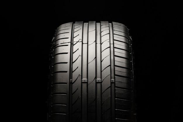 Novo pneu esportivo moderno em um espaço preto Foto Premium