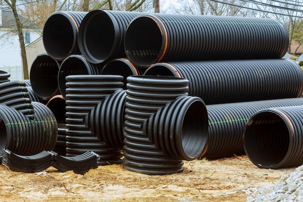 Novo tubo de pvc empilhado na construção do projeto habitacional Foto Premium