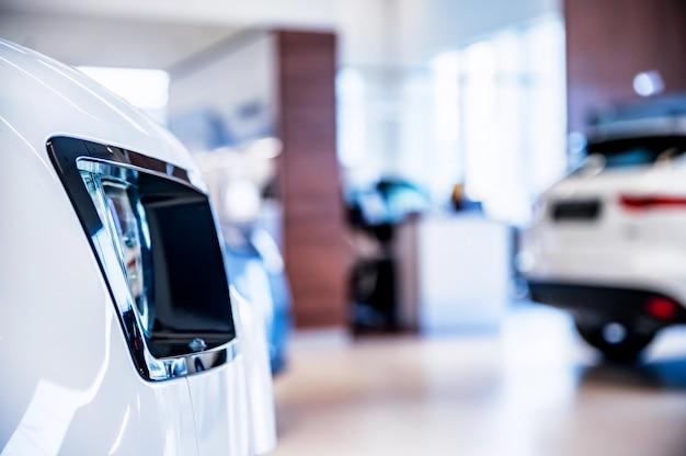 Novos carros no showroom da concessionária fundo desfocado Foto Premium