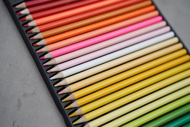 Novos lápis de cor em sua caixa Foto Premium