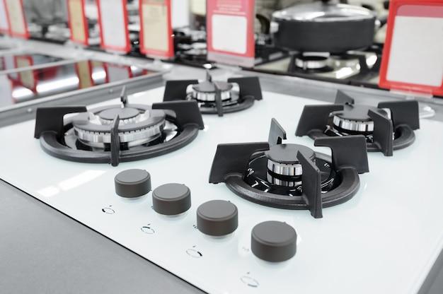Novos painéis de fogão a gás na loja de eletrodomésticos Foto Premium