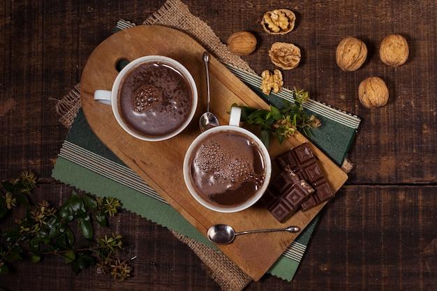 Nozes e chocolate quente vista superior Foto gratuita