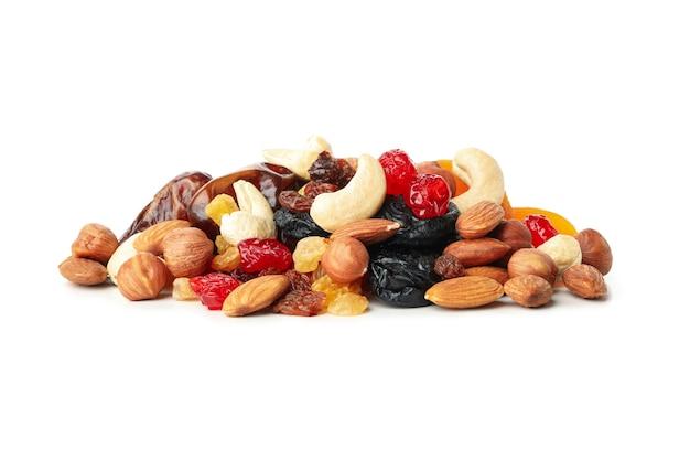 Nozes e frutas secas isoladas em fundo branco Foto Premium