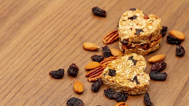 Nozes e sementes com padaria de forma de coração Foto gratuita