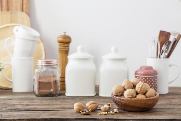 Nozes em placa de madeira na cozinha Foto Premium
