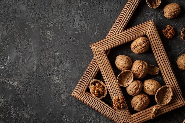 Nozes emolduradas em madeira Foto Premium