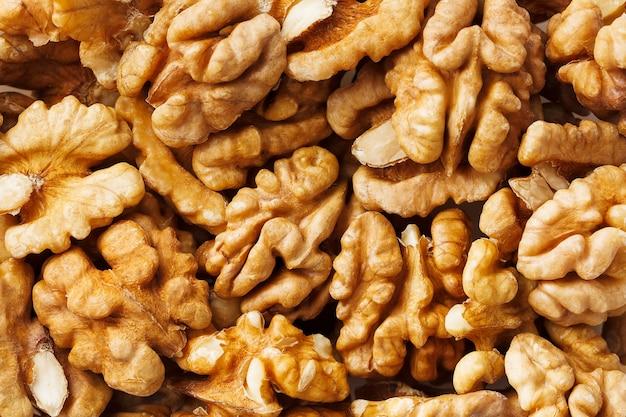 Nozes vendidas no mercado de especiarias. nozes ajudam a diminuir o colesterol. bons grãos comem saudáveis. Foto Premium