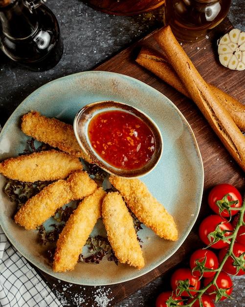 Nuggets de frango com pimentão doce com bolacha Foto gratuita