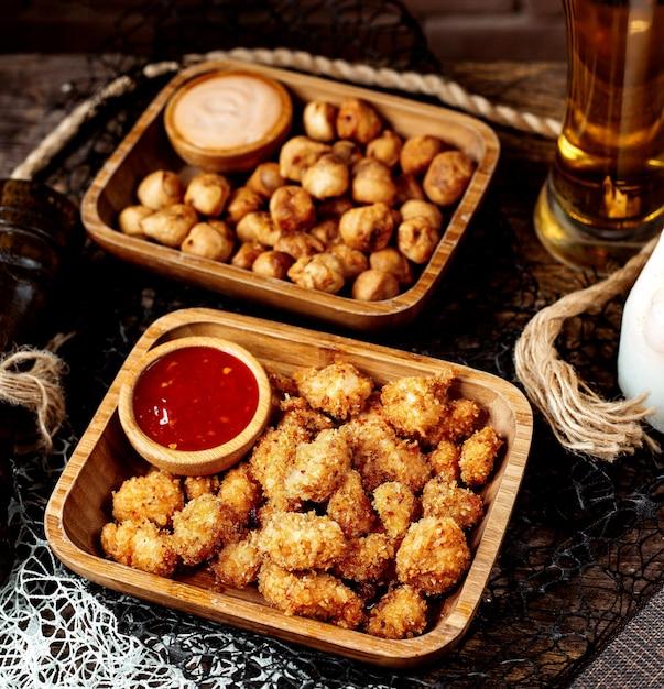 Nuggets fritos e dushbara frito com cerveja Foto gratuita