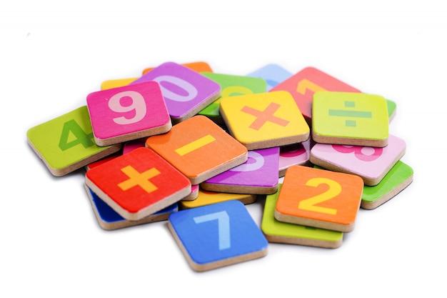 Número de matemática colorido sobre fundo branco. Foto Premium