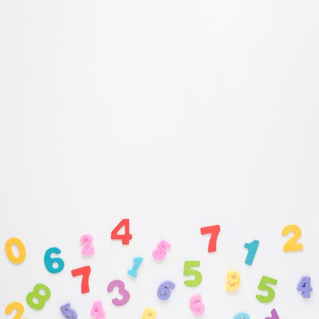 Números coloridos no fundo do espaço branco cópia Foto gratuita