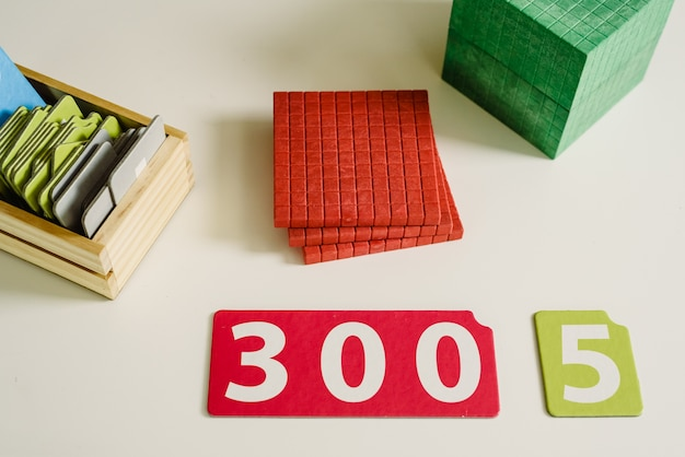 Números de madeira em tabelas para aprender matemática em uma sala de aula montessori Foto Premium