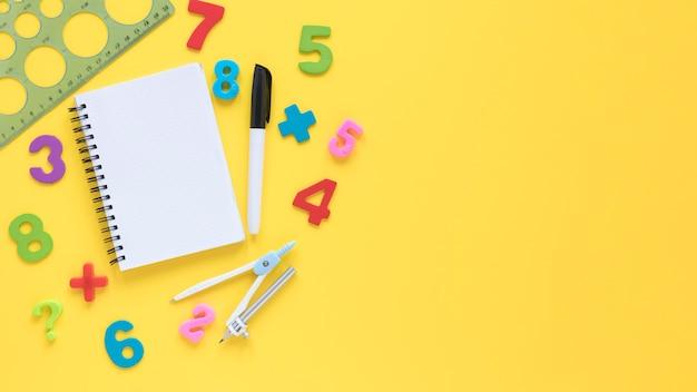 Números de matemática coloridos com bloco de notas e régua Foto gratuita