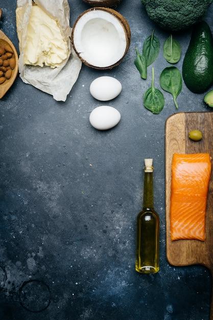 Nutrição saudável com produtos com baixo teor de carboidratos e alta gordura Foto Premium