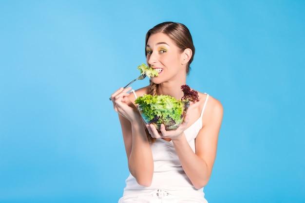 Nutrição saudável - jovem mulher com salada Foto Premium