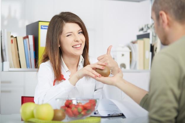Nutricionista feminina trabalhando em seu estúdio Foto Premium