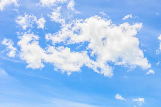 Nuvem branca bonita no fundo da natureza do céu azul Foto gratuita
